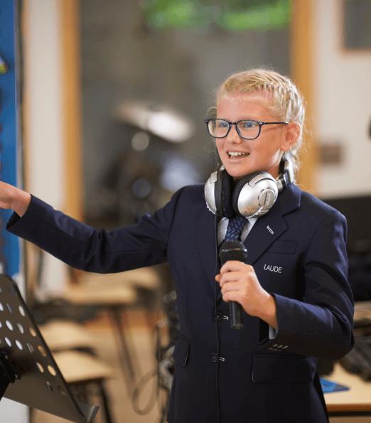 Niña de primaria cantando