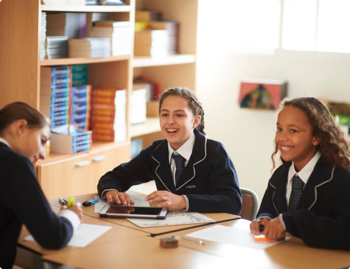 Chicas de secundaria en la biblioteca